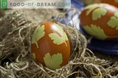 Barvana jajca za veliko noč, okrašena z listi peteršilja