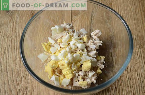 Ensalada con champiñones y pollo: un aperitivo y un plato principal completo. Receta fotográfica paso a paso para una ensalada abundante de filete de pollo, champiñones y queso