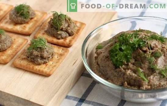 Gobji kaviar iz gob z zelenjavo, poprom in začimbami. Kaviar iz gob v ponvi, ponvi in počasnem štedilniku