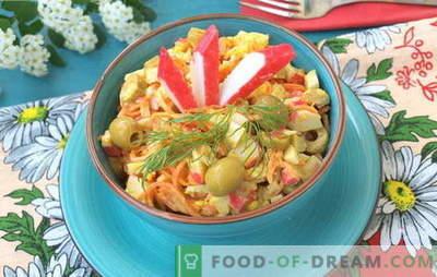 Sočne solate z rakovastimi palicami in korejskimi korenčki. Recepti za solate s paličicami in korejskimi korenčki